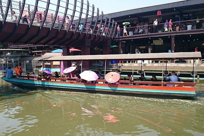 Kwan Riam Floating Market, in Bangkok